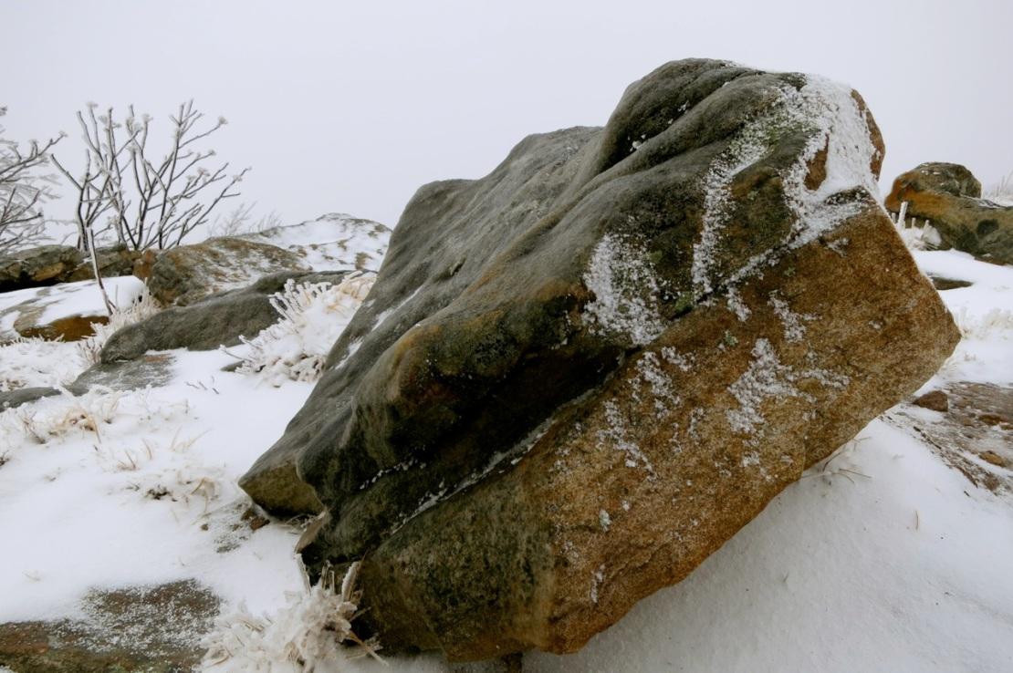 verglas coating rock on the peak